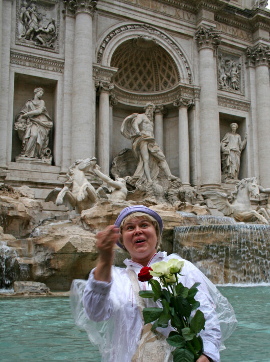 Russiske Nadia feirer bryllupsdagen med å kaste en mynt i Trevifontenen. Dermed skal hun og ektemannen være sikret flere lykkelige år.