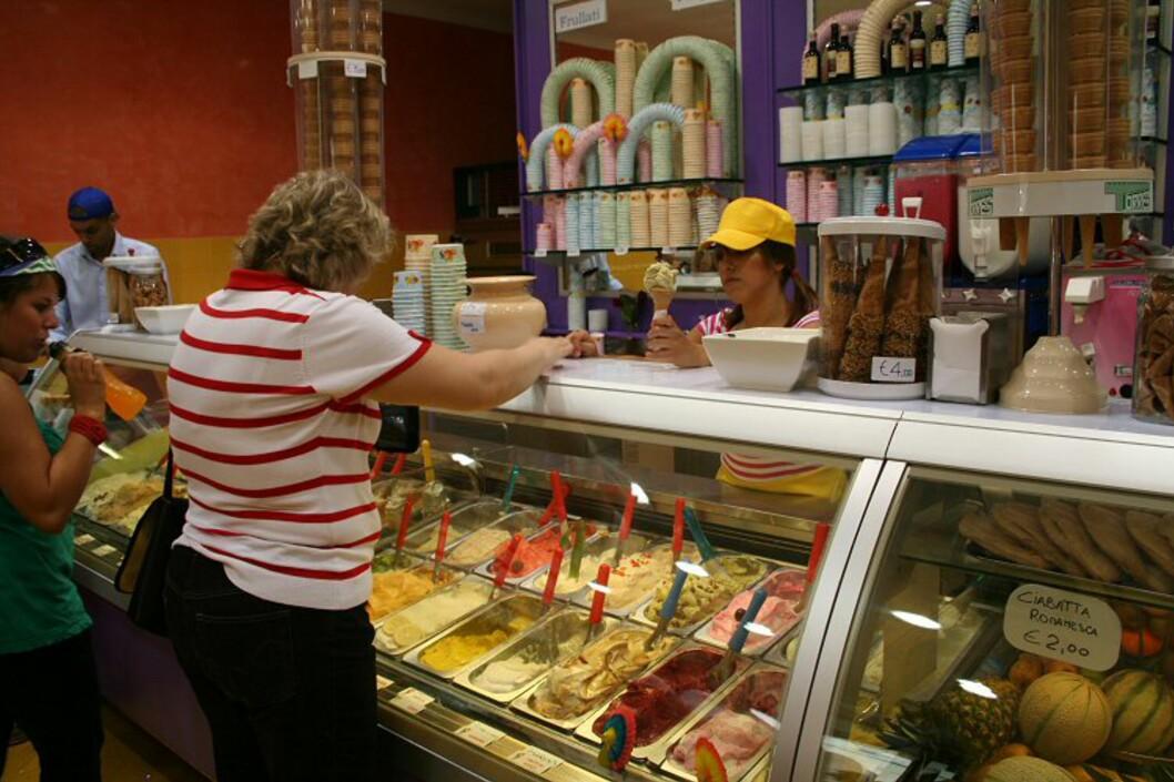Italienerne var de første i verden som lagde iskrem, og isen er også kjent for å være blant de beste i verden. Her får du alt fra mer tradisjonelle smaker som pistasje og jordbær til tiramisu, melon og skogsbær. Foto: Elin Fugelsnes