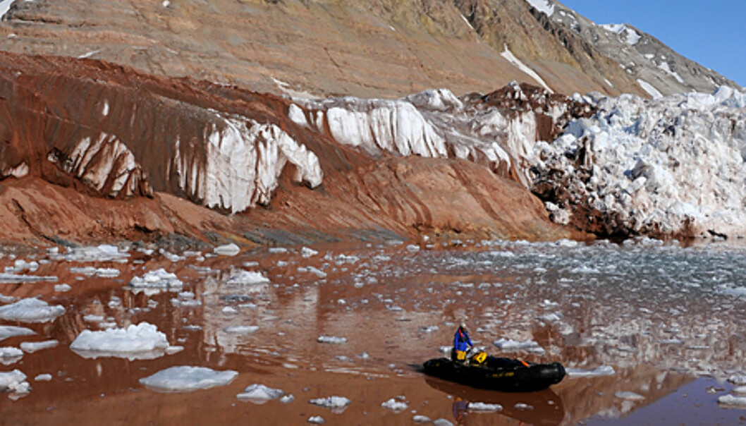 Bildet er tatt i Kongsfjorden ved Kronerbreen. Fargene er utrolige der breen jobber seg frem og tilbake og legger igjen sedimenter i et utrolig fargespekter.   Foto: Hans Kristian Krogh-Hanssen