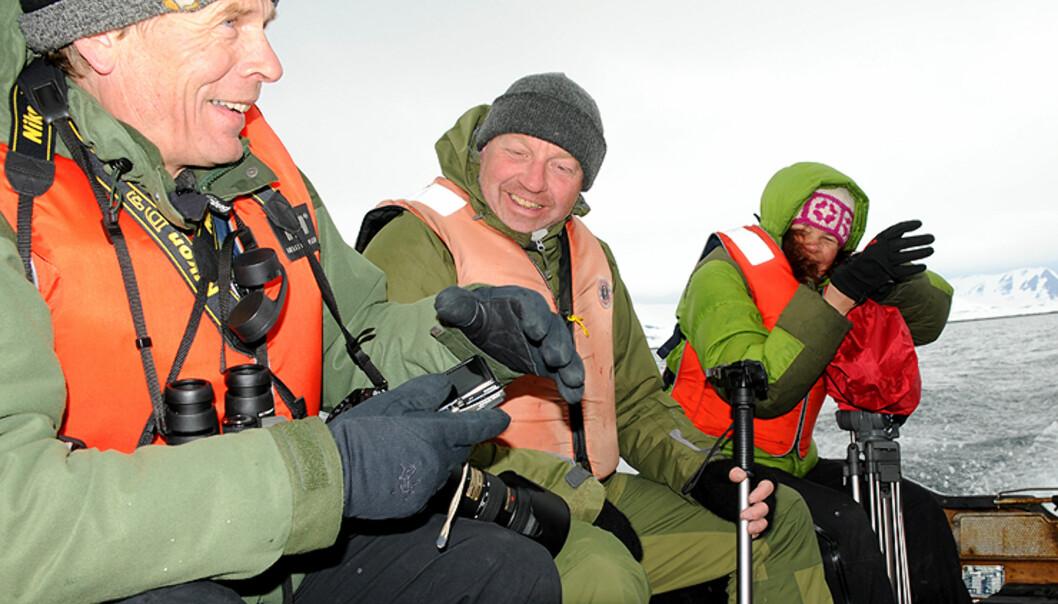 Til venstre ser du Arne Nævra sammen med andre cruisedeltakere etter nok en begivenhetsrik landing med gummibåt.  Foto: Hans Kristian Krogh-Hanssen
