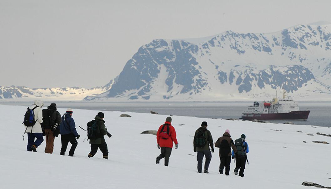 Ved landinger blir alle deltakerne nøye passet på av guidene fra Spitsbergen Travel. Svalbard er et utrolig fragilt økosystem som påkrever strenge regler - for ikke å snakke om isbjørnfaren. Foto: Hans Kristian Krogh-Hanssen