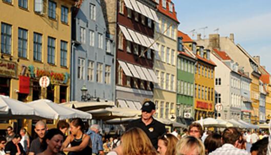 Ta en øl på bryggekanten i Nyhavn - mye billigere enn på restaurantene over gata.  Foto: Hans Kristian Krogh-Hanssen