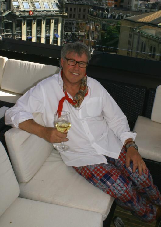 Finn Schjöll nyter vinen, han har ingen planer om å hoppe ned på en av Grand Hotells markiser. Foto: Synne Hellum Marschhäuser