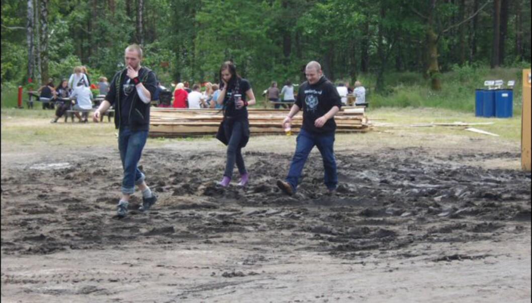Noen valgte å gå gjennom gjørma med VILJE. Foto: Thomas Marynowski