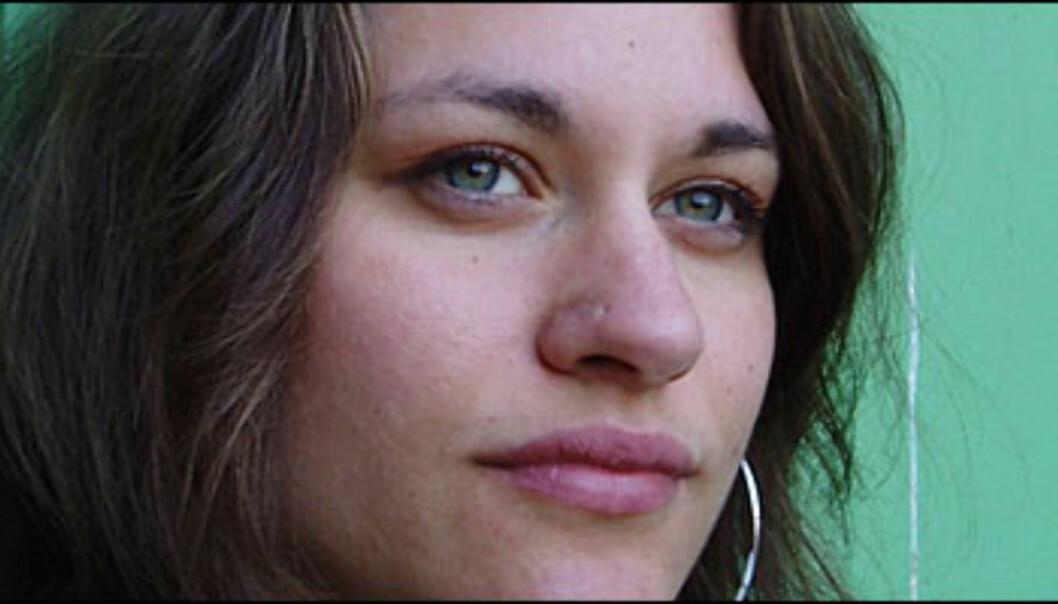 Lotta Elstad (26) forteller om livet som stuepike, og skriver historien til de 1.357.000 menneskene i Norge som aldri får bildet sitt i avisen.<br /> <br />