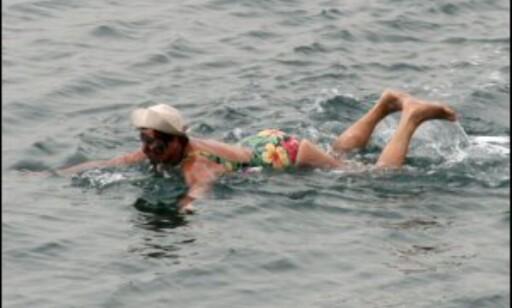 Det er ikke så lett å svømme når over halvparten av kroppen flyter over vannskorpen. Foto: DinSide