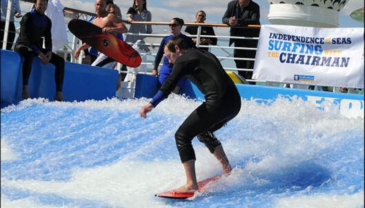 FlowRider pumper ut vann så du kan surfe på toppen av båten.