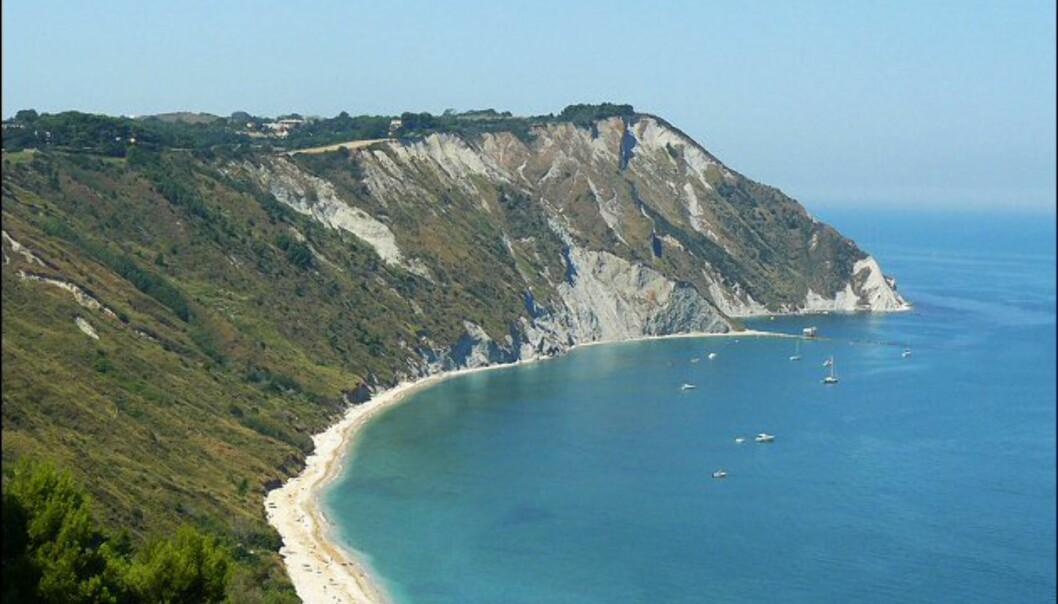 Riviera del Conero og denne stranda, som heter Mezzavalle, ligger ikke så langt fra overbefolkede Rimini. Foto: www.photito.com