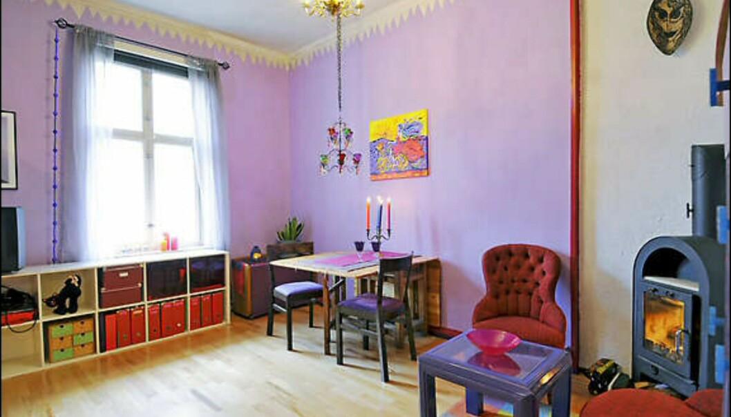 Selve veggene er malt i dus lilla, mens dypere varianter - fra purpur til indigo - er brukt på ulike detaljer i interiøret. <i>Foto: Privat</i> Foto: Elisabeth Dalseg