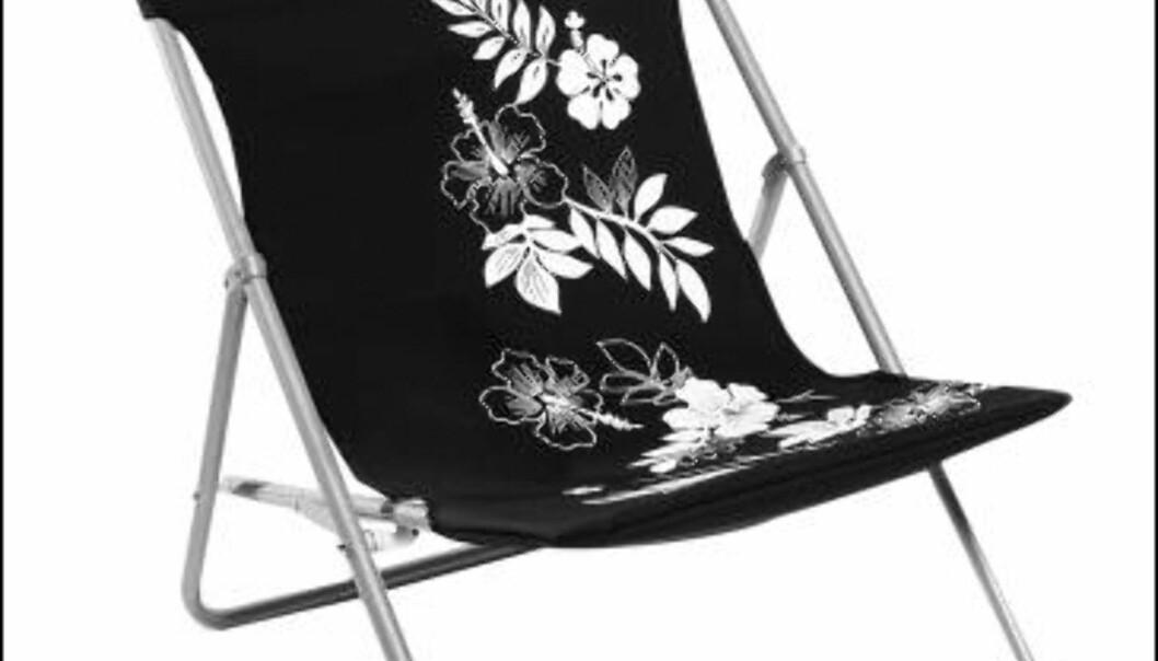 Svart strandstol med hvitt mønster fra Åhlens til 250 kroner. <i>Foto: Åhlens</i>