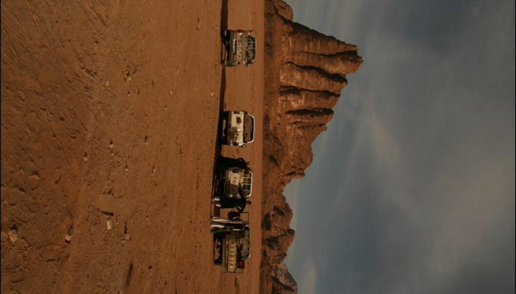 Jeepene står klare. I bakgrunnen Wadi Rums mest kjente fjell - De syv visdomspilarene.