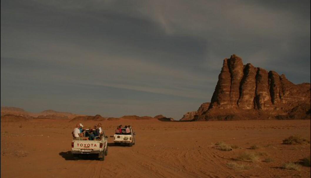 Ut i ørkenen bærer det. Det var T.E. Lawrence som kalte fjellene Seven Pillars of Wisdom. Hans selvbiografi om ørkenkrigen han var med på har samme navn.