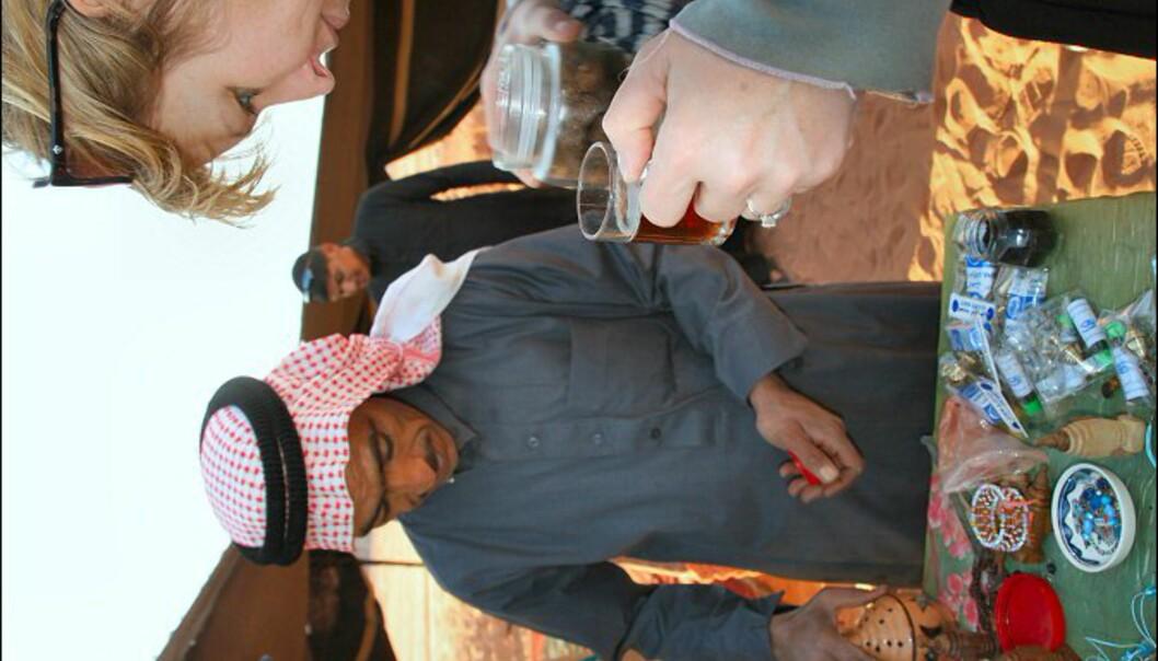 Beduinene tilbyr turistene arabisk te, og selger røkelse, smykker, duker og pyntegjenstander.