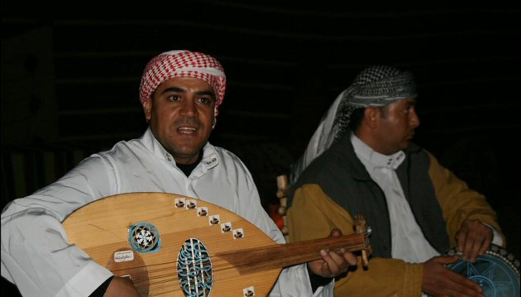 Etter middag er det underholdning. Gutta spiller tradisjonell arabisk folkemusikk.