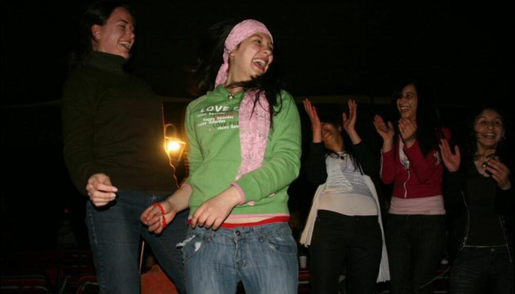 Jentene fra Amman lærer oss den typiske arabiske hoftevrikken. Ikke lett!