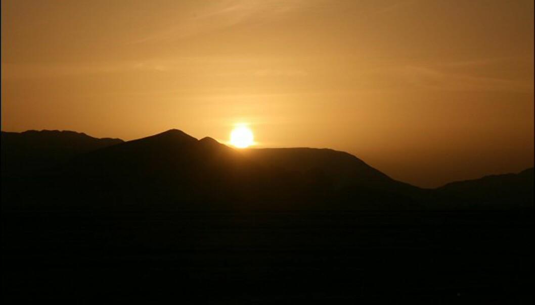 Overnatter man i ørkenen, er det obligatorisk å stå opp i otta for å få med seg soloppgangen.
