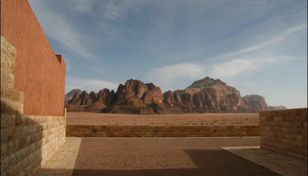 Første glimt av de mektige fjellformasjonene i Wadi Rum sett fra det splitter nye besøkkssenteret.