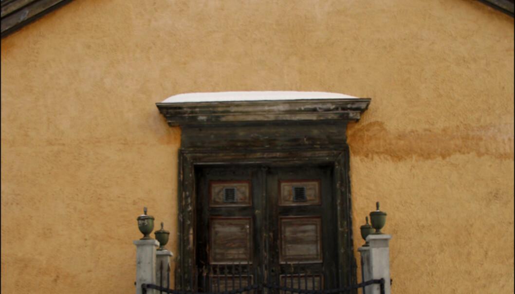 <i>Det Finne-Borgrevinkske gravkapell</i> heter dette gravkammeret vis-a-vis kirken i Kjerkgata. Her ligger familiene Finne og Borgrevink balsamert.