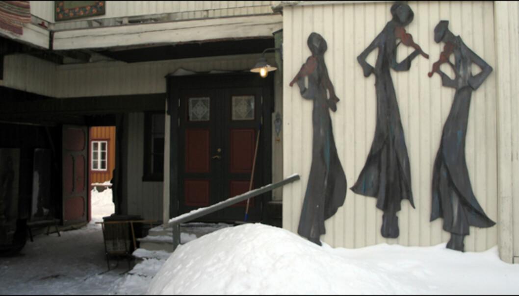 Kunst i bakgården til modelløren Per Sverre Dahl.