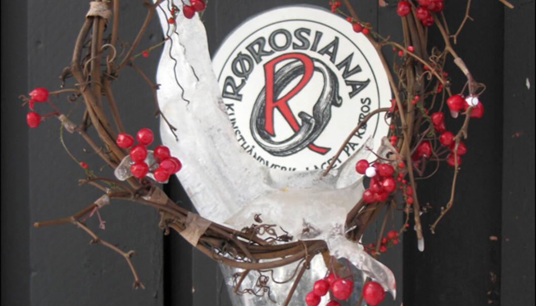 Rørosiana er kunsthåndverklaget på Røros. Denne kransen henger utenfor Galleri Thomasgaarden, hvor du i tillegg til hånverksprodukter kan nyte nystekte vafler i trivelige omgivelser.