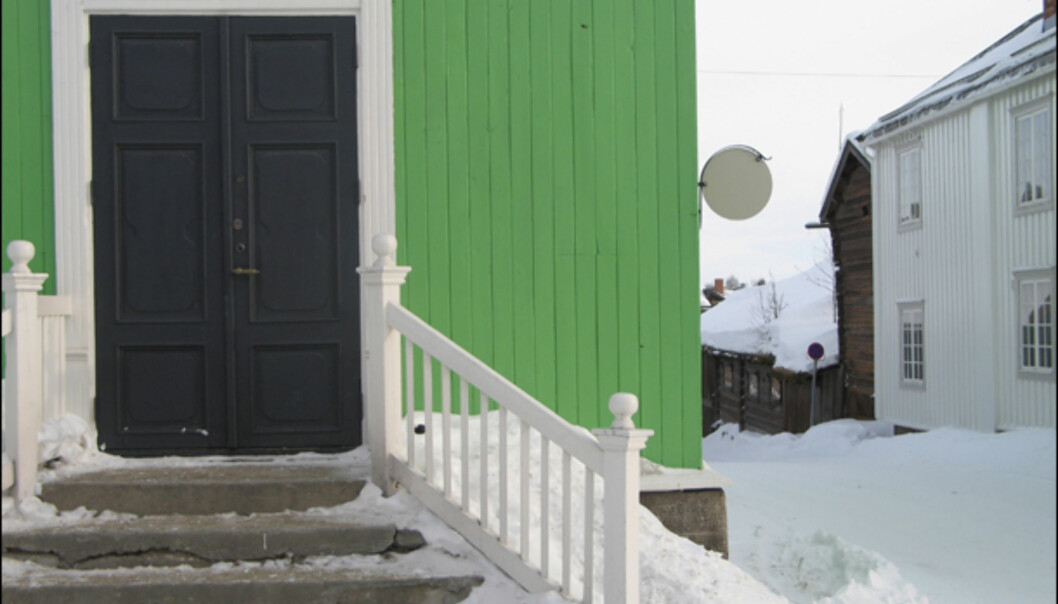 Sangerhuset på Røros. Det har vært debatt rundt fargen etter oppussingen, men dette skal visstnok være den opprinnelige fargen. Bygget ble oppført for Røros sangforening i 1907, og er et viktig foramlingslokale på Røros.
