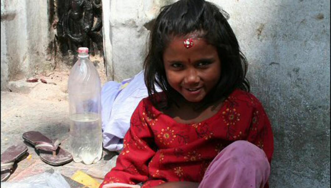Til tross for fattigdommen, er nepalesere veldig vennlige mot alle besøkende. Denne jenta tjener noen slanter på å tegne kastemerker på turistene. Foto: Vidar Brotnov