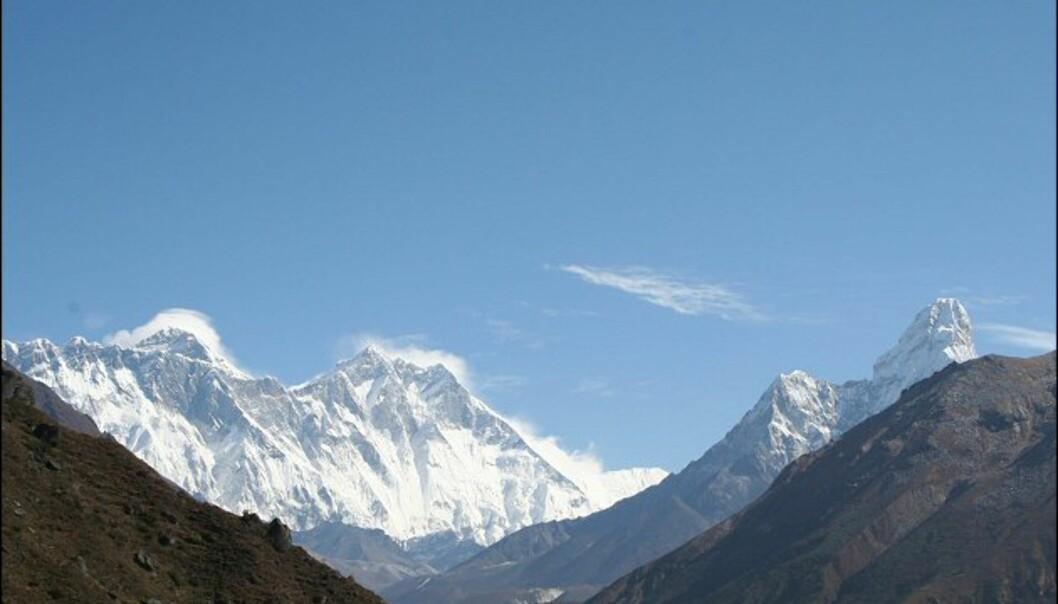 Panoramautikt over verdens tak. Dette synet møter deg oppe på fjellplatået etter sherpabyen Namche Bazaar. Fra venstre: Mount Everest, Lotse, Ama Dablam. Foto: Vidar Brotnov