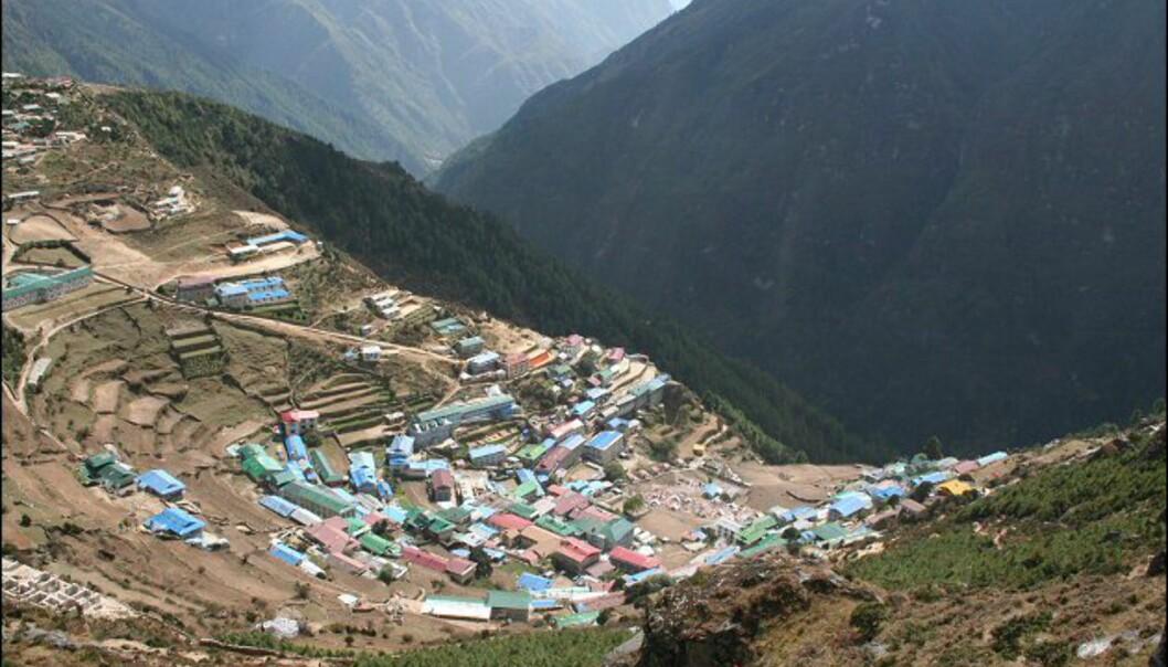 Namche Bazaar, byen der sherpaene som følger turistene opp holder til. Ved siden av turistguiding er jordbruk en viktig del av næringsgrunnlaget. Foto: Vidar Brotnov