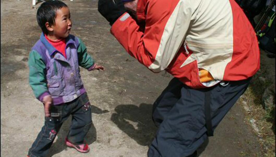 Nepaleserne er nysgjerrige på besøkende, og vil gjerne ha kontakt. Det gjelder særlig barna.  Foto: Vidar Brotnov