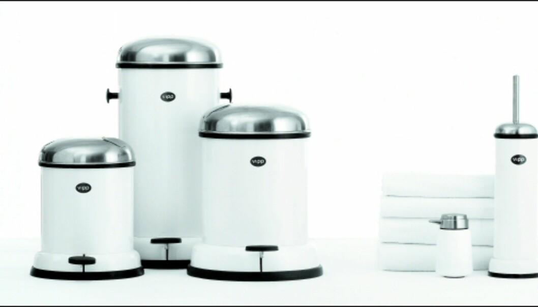 Vipp-serien fås også i nøytrale farger, og består av robuste søppelspann i tre ulike størrelser, håndklær, såpedispenser og toalettkost. <i>Foto: Produsenten</i>