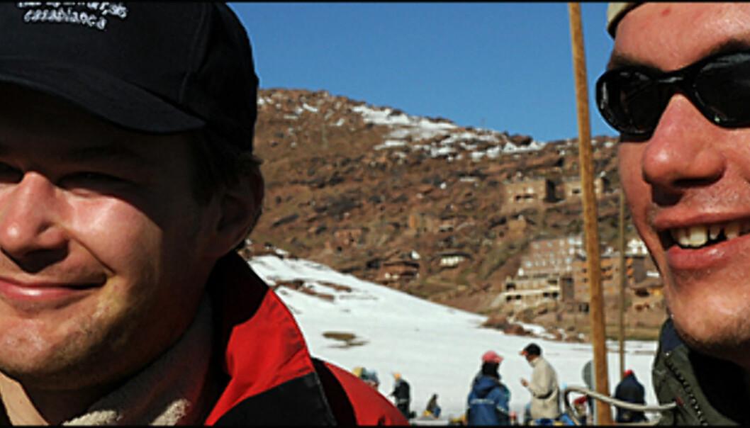 Marokkanere på ski er kamikazepiloter, men sånn som de koser seg, ler Dominik Wiekowsu fra Polen (tv).