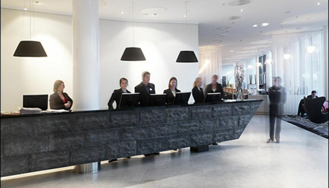 Baugspydspissen går igjen i flere detaljer i hotelet, blant annet skranken i resepsjonen. <i>Foto: Clarion Hotel Sign</i> Foto: Mathias Nero