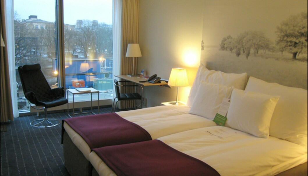 Rommene var lyse og lette, og grei størrelse. Vi bodde i tredje etasje, på et svensk rom med Bruno Mathson-loungestol og en skrivebordsstol av Gunilla Allard. <i>Foto: Elisabeth Dalseg</i>