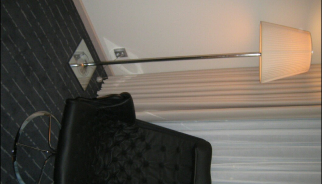 Loungestol av Bruno Mathsson for Dux, lampe i Miss K, eller K-tribe-serien av Philippe Starck for italienske Flos. Lampene går igjen i alle hotellets rom. <i>Foto: Elisabeth Dalseg</i>