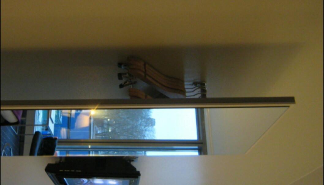 Alle rommene er selvsagt utstyrt med flatskjerm. Dette smarte garderobespeilet i hotellrommets inngangsparti har plass til flere frakker. <I>Foto: Elisabeth Dalseg</i>