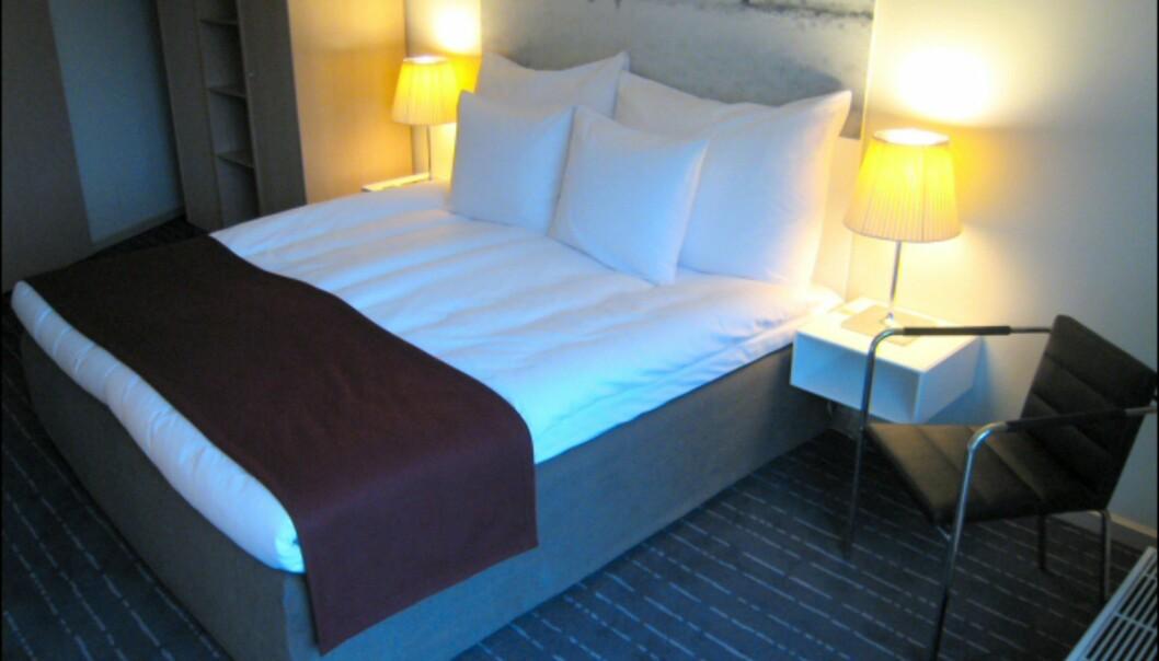 Soverommet i en suite i den svenske etasjen. Nattbord og skap er levert av Montana. <i>Foto: Elisabeth Dalseg</i>