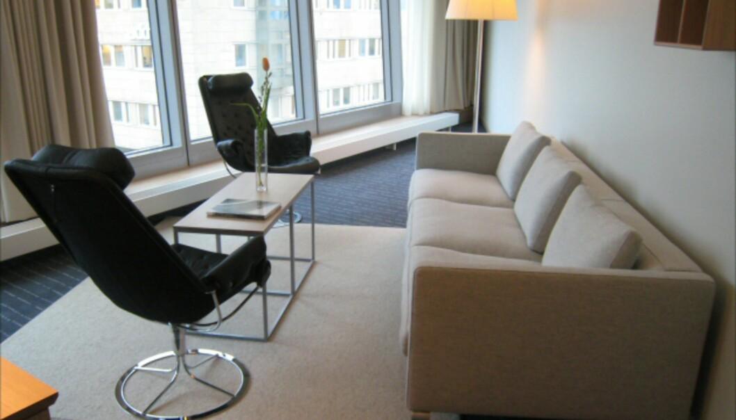 Nei, du er ikke sjøsyk, men det kan se litt sånn ut. Ytterst i en av hotellets baugspisser ligger suitene, her den svenske i tredje etasje - og det er langt mellom de rette vinklene. Vinduene skrår utover. <i>Foto: Elisabeth Dalseg</i>