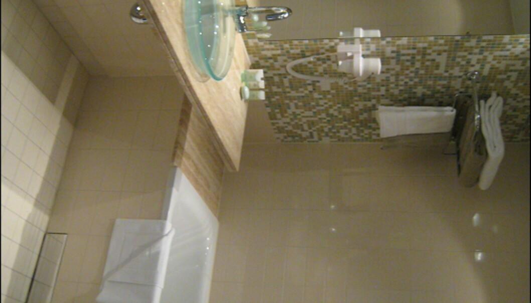 Baderommene i suitene har badekar, men er ellers ganske lik de vanlige rommene. <I>Foto: Elisabeth Dalseg</i>