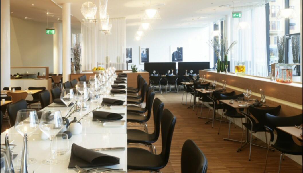 I Aquavit restaurant sitter du også komfortabelt på Syveren-stoler, på små tomannsbord, eller på langbord. <i>It's soo Manhattan, dahling</i>. <i>Foto: Clarion Hotel Sign</i>