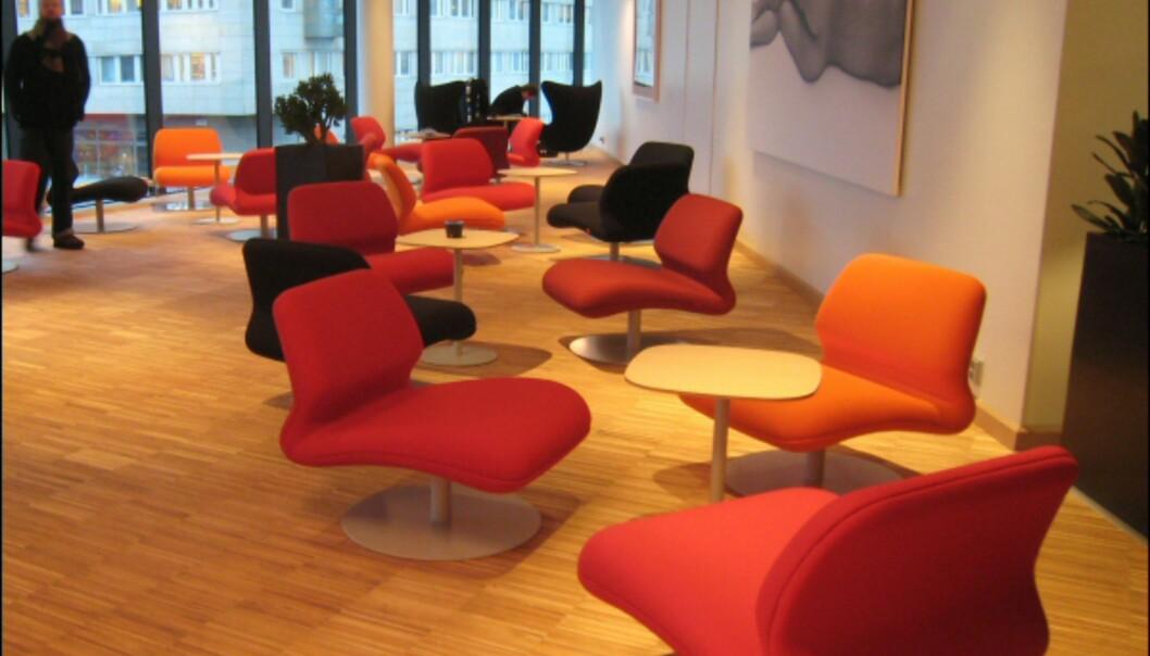 Gjesteloungen i annen etasje har møbler fra danske Fritz Hansen.  Loungestolene i forgrunnen er designet av Morten Voss. <I>Foto: Elisabeth Dalseg</i>