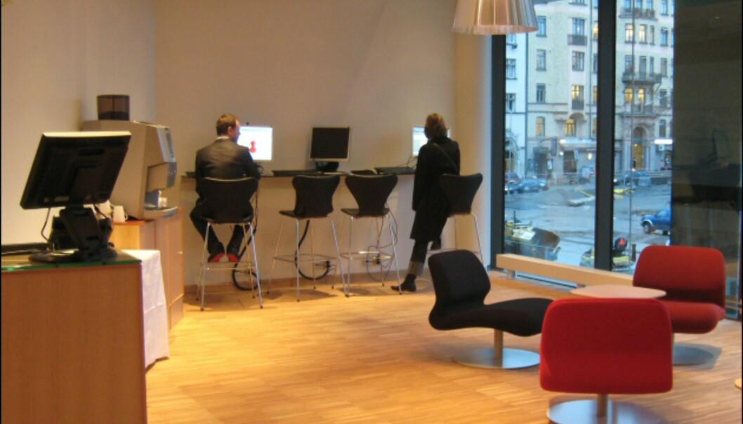 Det er trådløst nett i hele hotellet, for dem som vil bruke egen laptop. Dette betaler du for, mens det står tre stasjonære PCer i gjesteloungen med fri bruk av internett. <I>Foto: Elisabeth Dalseg</i>