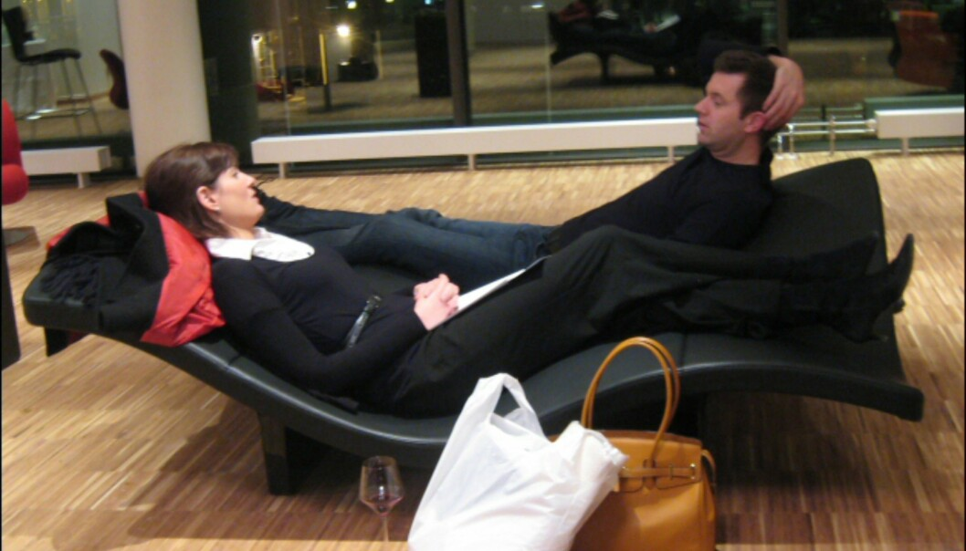 To av hotellets gjester slapper av i dette morsomme ventemøbelet. <I>Foto: Elisabeth Dalseg</i>