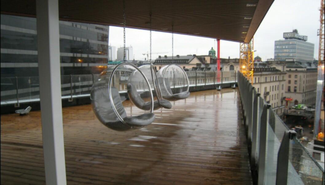 Spa-avdelingen har to takterrasser, denne er overbygget. Boble-stolene har utsikt over jernbanen og til en av Stockholms mange kanaler. <I>Foto: Elisabeth Dalseg</i>