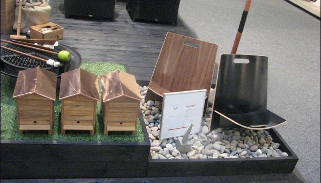 Nyheter fra Trip Trap. Til høyre i bildet ses produktet som vant vårens <i>Formland Design Award</i>, strandstolen <i>Lean</i>. Til venstre: Ja, du tenker nok et søtt lite fuglebur til hagen - men nei, åpner du den opp, er det plass til en six-pack med øl (eller brus).