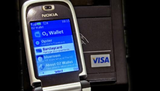 Om noen år kan det hende du kan bruke mobiltelefonen som VISA-kort. Alt du trenger å gjøre for å kjøpe deg noe er å vifte telefonen foran en sensor. Nyvinningen testes i disse dager ut i London.<br /> <i>Foto: VISA Europe</i>