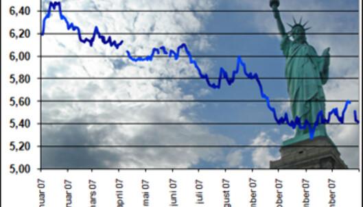 Statistikken fra 2007 viser at verdien av britiske pund (øverst) og amerikanske dollar (nederst) sank gjennom hele året. Med andre ord ville det lønne seg, både for studenter i Storbritannia og USA, å vente så lenge som mulig med å betale studieavgiften.<br /> <i>Foto:Colourbox og Russell Bernice</i>