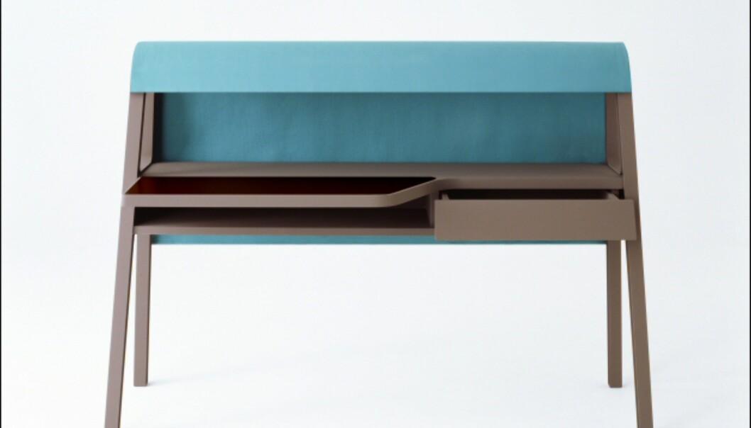 Michael Youngs Writing Desk er inspirert av gamle skrivepulter, og designet for å inspirere til mer brevskriving. Vi vet ikke helt om den ville ha hatt ønsket effekt, men liker kombinasjonen av harde og myke materialer (det turkise området er i et stoff som minner om semsket skinn). Fås også i en rekke andre farger. <i>Foto: Established & Sons</i>