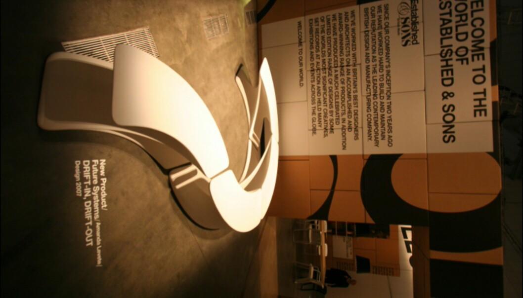 Benkesystemet Drift In Drift Out er designet av Amanda Levete/Future Systems, og er en videreutvikling av den litt større benken Drift fra 2006.