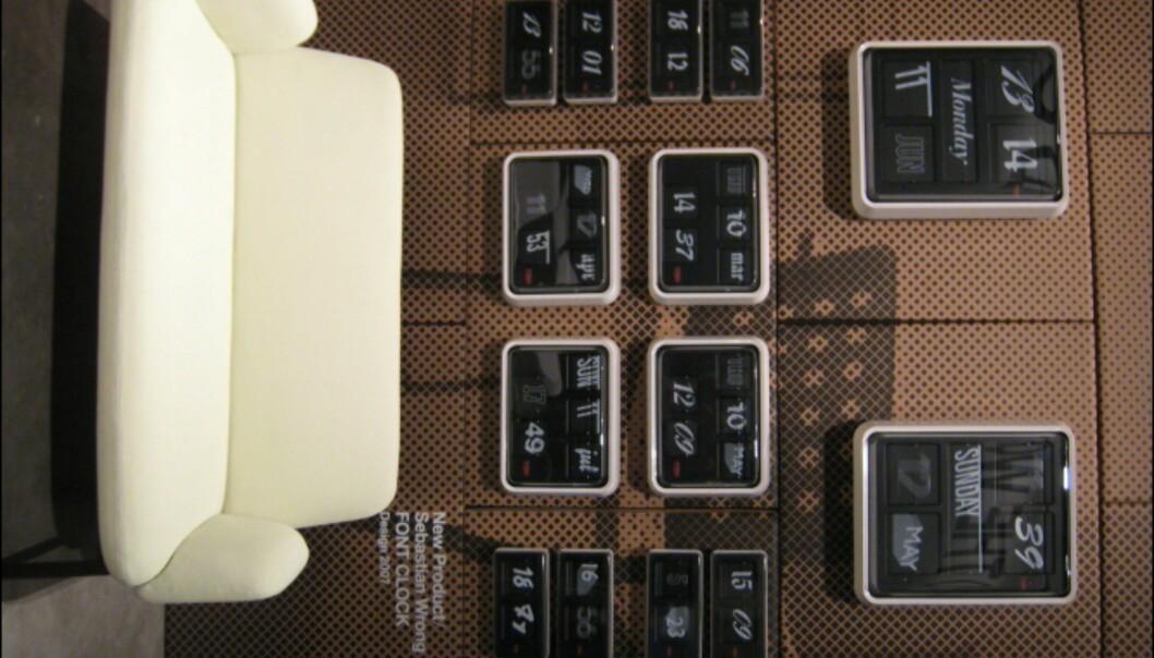 Den etablerte Wrongs Font Clock i en rekke utgaver bak nykommerne Klauser & Carpenters sofa Easy.