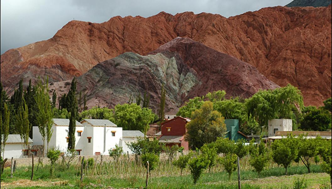 """""""Fjellet med de syv farger"""" blir denne steinformasjonen kalt. Grunnen til den frodige fargesammensetningen er alle de forskjellige mineralene i fjellet."""